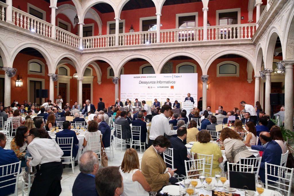 Inauguración del curso informativo en los Desayunos de Europa Press Andalucía con Juan Espadas, alcalde de Sevilla, como protagonista, presentado por el Rector de la Universidad de Sevilla, Miguel Ángel Castro Arroyo.