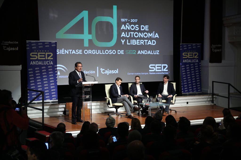 """El teatro de la Fundación Cajasol ha acogido hoy el último """"acto"""" del ciclo de jornadas sobre el 4 de diciembre impulsadas por la Cadena SER."""