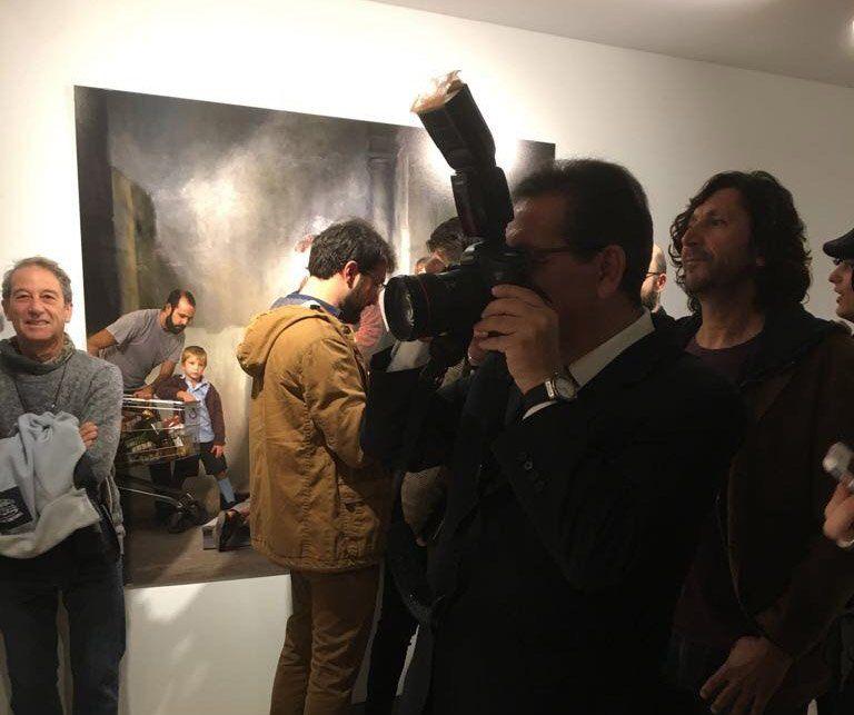 Antonio Pulido, Presidente de la Fundación Cajasol, fotografía una de las piezas de la exposición.