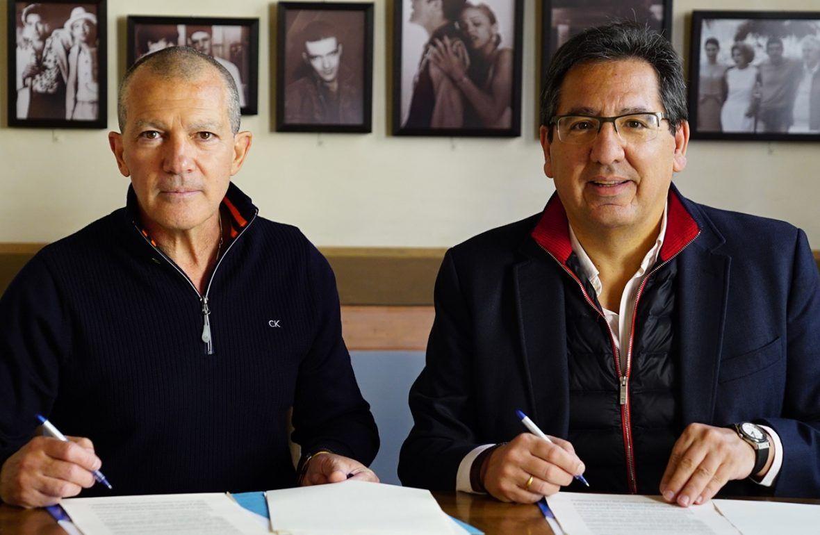 La Fundación Cajasol firma por quinto año consecutivo con Antonio Banderas, presidente de la Fundación Lágrimas y Favores, el convenio de colaboración para favorecer el acceso de jóvenes estudiantes malagueños al Instituto de Estudios Cajasol.