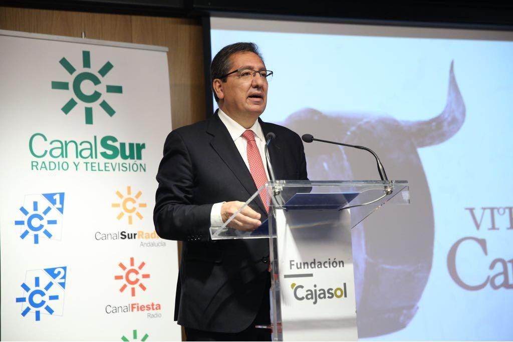 Canal Sur Radio y Televisión ha entregado hoy en la sede de la Fundación Cajasol en Sevilla la VI edición del Premio Carrusel Taurino a la ganadería de Victorino Martín, mientras que el diestro Francisco Ruiz Miguel ha recibido el Carrusel de Honor.