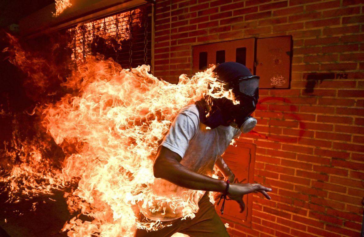 La Fundación Cajasol vuelve a tener el privilegio de ser la primera sede en el mundo de acoger la exposición que muestra las fotografías galardonadas con el World Press Photo 2018, el premio más prestigioso del fotoperiodismo mundial.