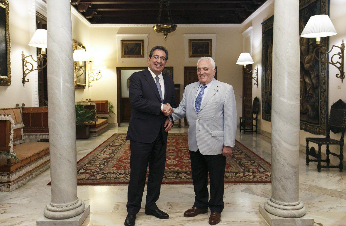 El presidente de la Fundación Cajasol, Antonio Pulido, y Manuel Contreras, presidente de la Fundación Grupo Azvi, han renovado por segundo año consecutivo el acuerdo de colaboración para llevar a cabo la segunda edición de los Encuentros Formativos para Padres y Educadores.