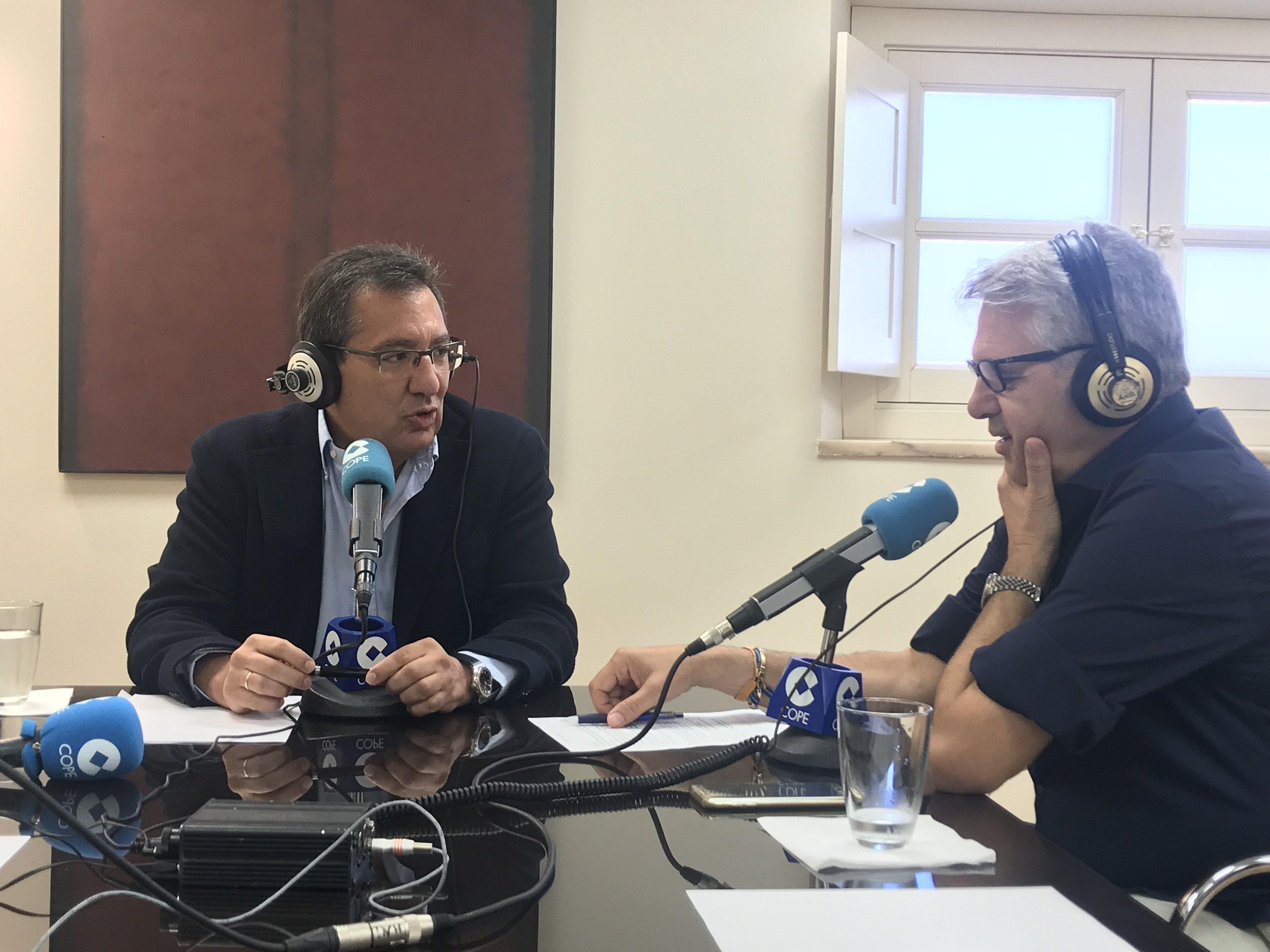 La sede de la Fundación Cajasol ha acogido la emisión en directo del programa radiofónico La Mañana de Herrera en Cope + Sevilla con Agustín Bravo.