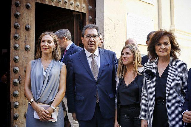 Antonio Pulido acompaña a la ministra Carmen Calvo a la salida del debate