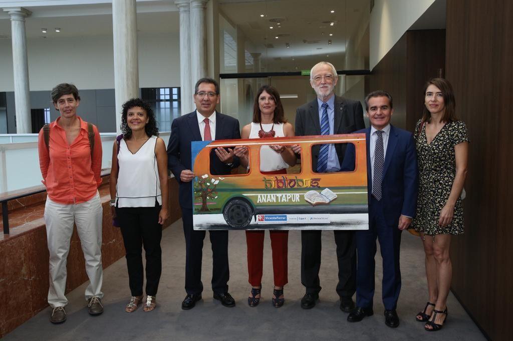 CaixaBank y Cajasol presentan el Bibliobus