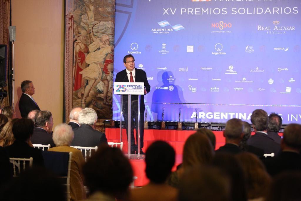 Antonio Pulido Gutiérrez interviene en el acto de entrega de Premios Solidarios