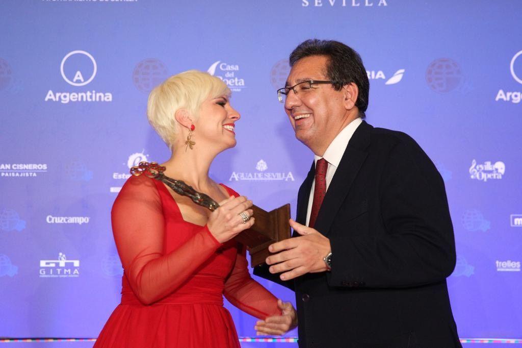 Antonio Pulido, Presidente de la Fundación Cajasol, entrega su premio a Pasión Vega