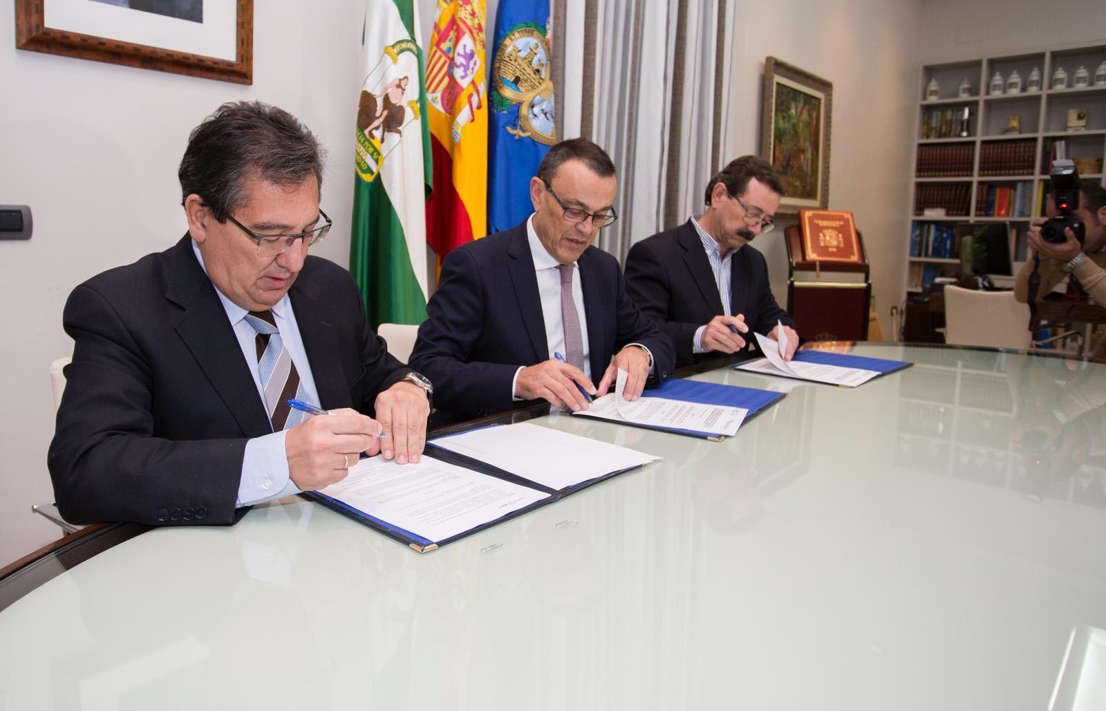 Antonio Pulido Gutiérrez en la firma, con el presidente de la Diputación y el presidente de la Hermandad