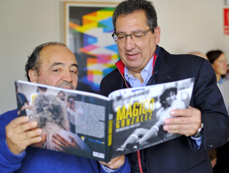 Antonio Pulido leyendo el libro de Magico Gonzalez