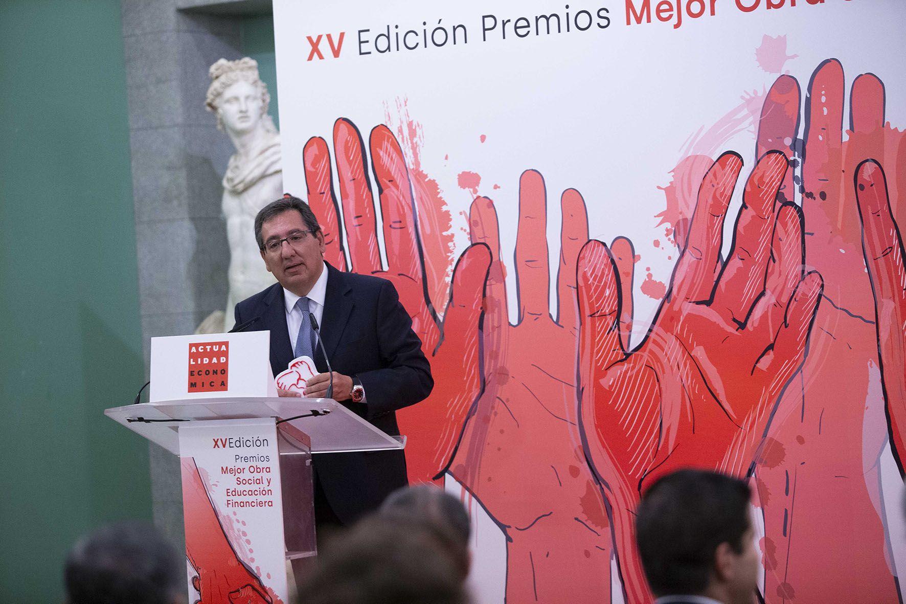 Antonio Pulido recoge el premio de Educación Financiera
