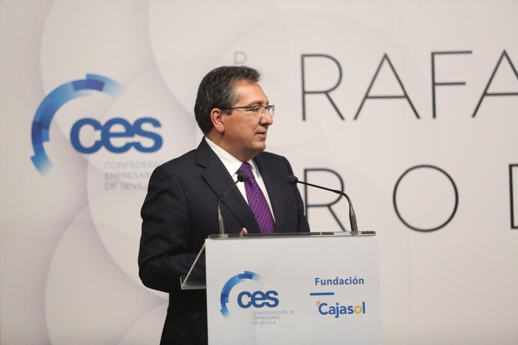 Antonio Pulido entrega el premio Rafael Padura