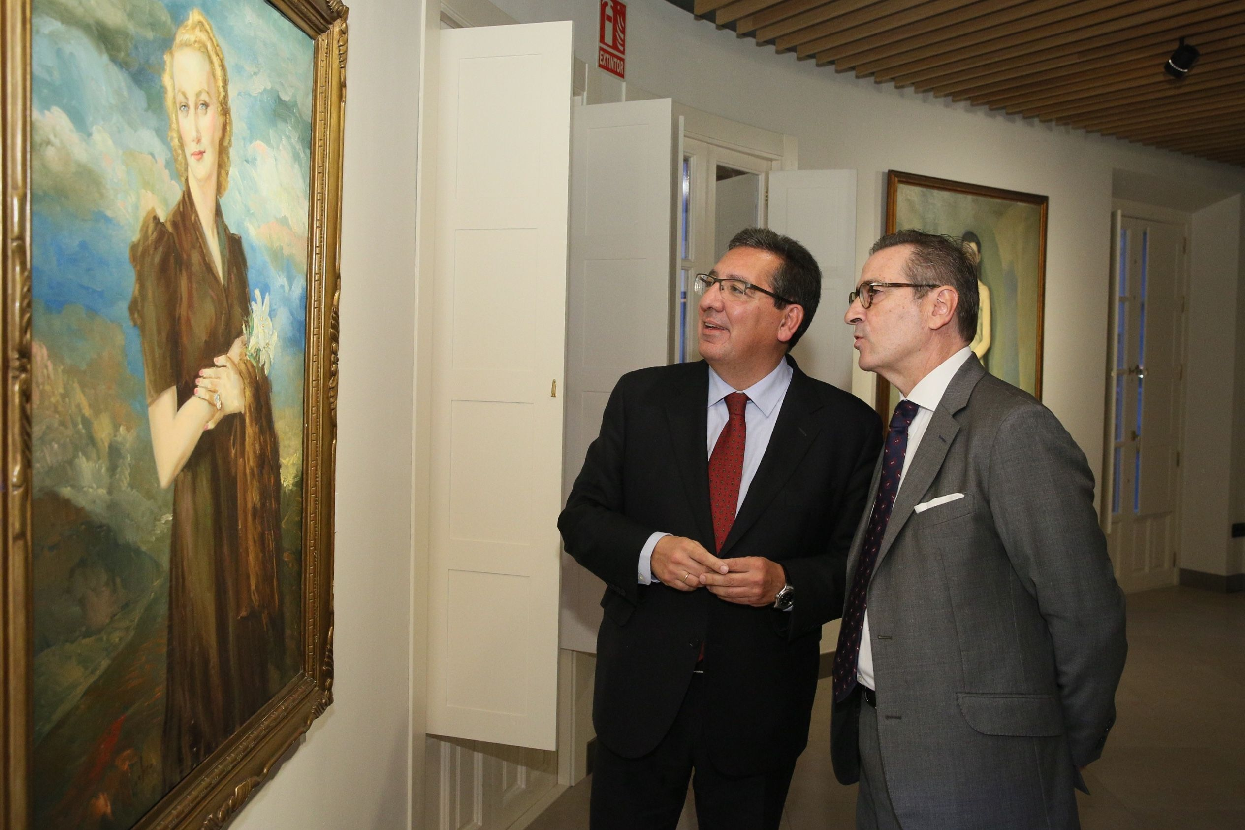 Antonio Pulido, Presidente de la Fundación Cajasol, y José Estévez, presidente de la Fundación Enrique Ochoa y comisario de la muestra