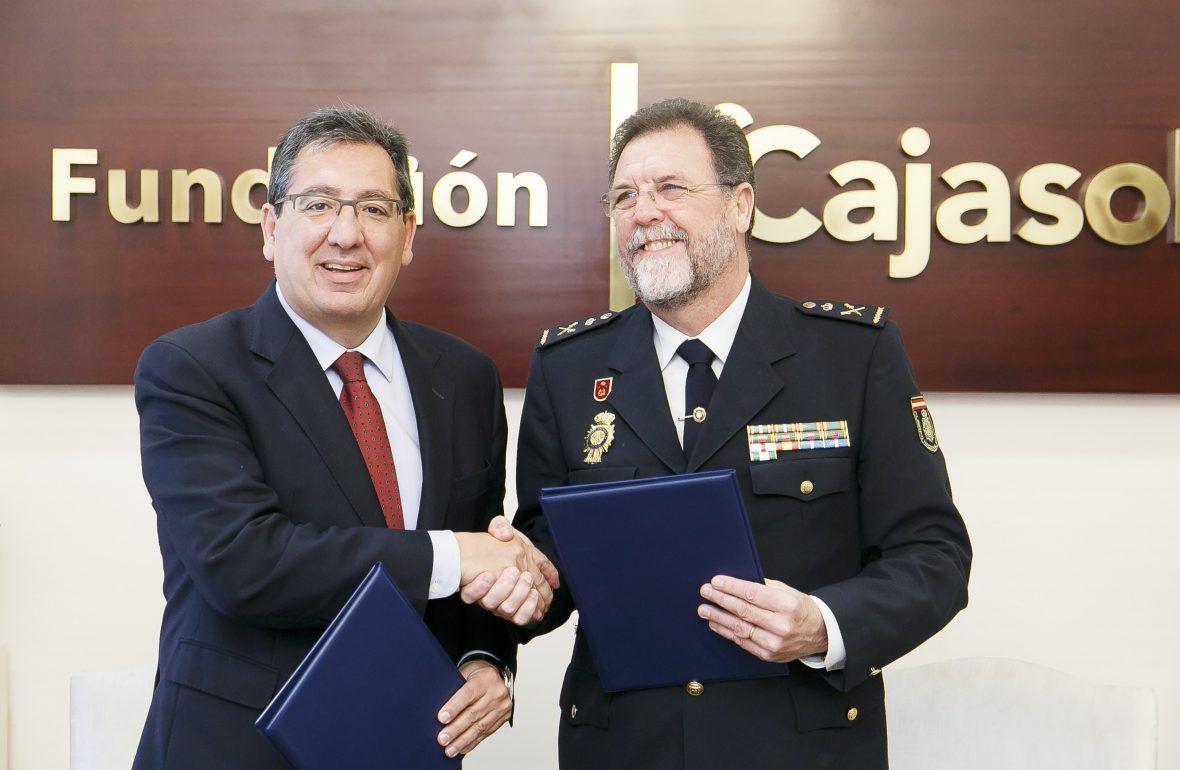 Antonio Pulido, presidente de la Fundación Cajasol, y el jefe superior de Policía de Andalucía Oriental, José Antonio Pérez