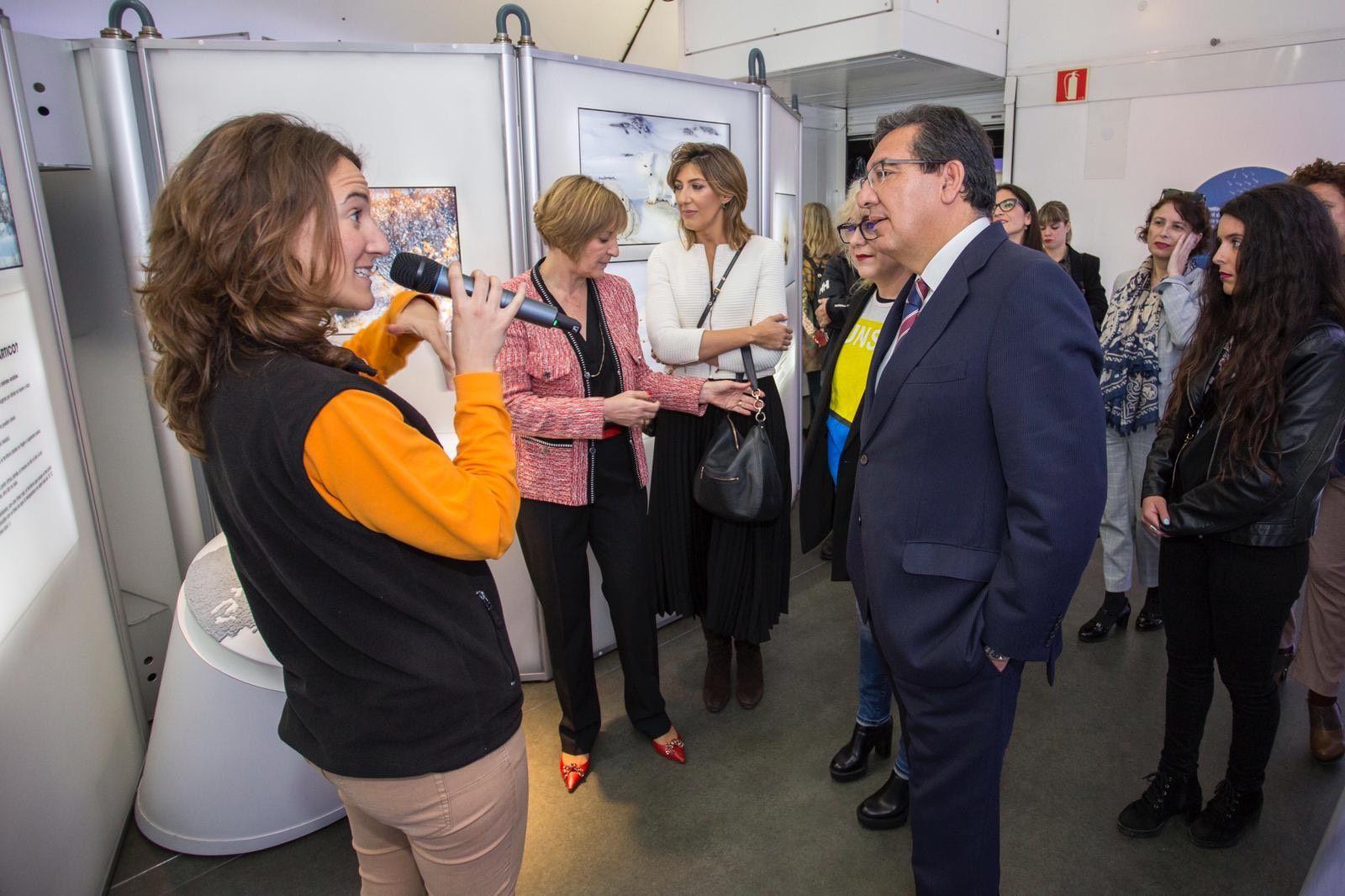 Antonio Pulido - Cajasol y CaixaBank inauguran exposición El ártico se rompe en Huelva