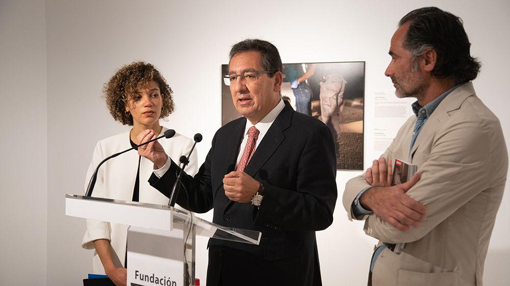 Antonio Pulido, presidente de la Fundación Cajasol, Carla Vlaun Jagger, responsable de exposiciones de World Press Photo Foundation, y Juan Carlos Sánchez de Lamadrid, comisario, han sido los encargados de inaugurar la muestra.