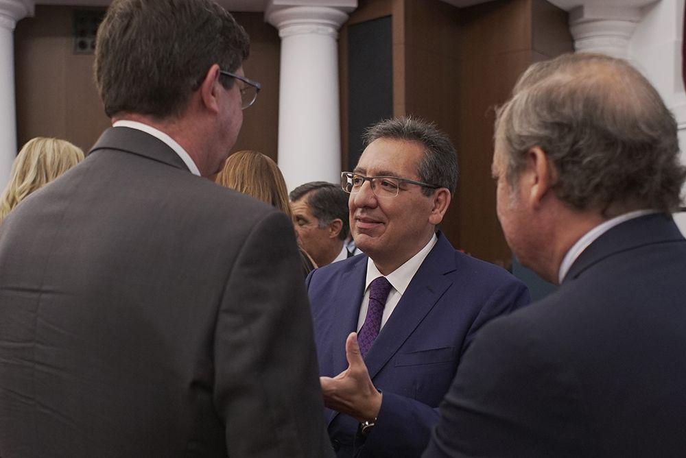 Antonio Pulido conversa durante el XI Premio Jurídico de ABC Cajasol