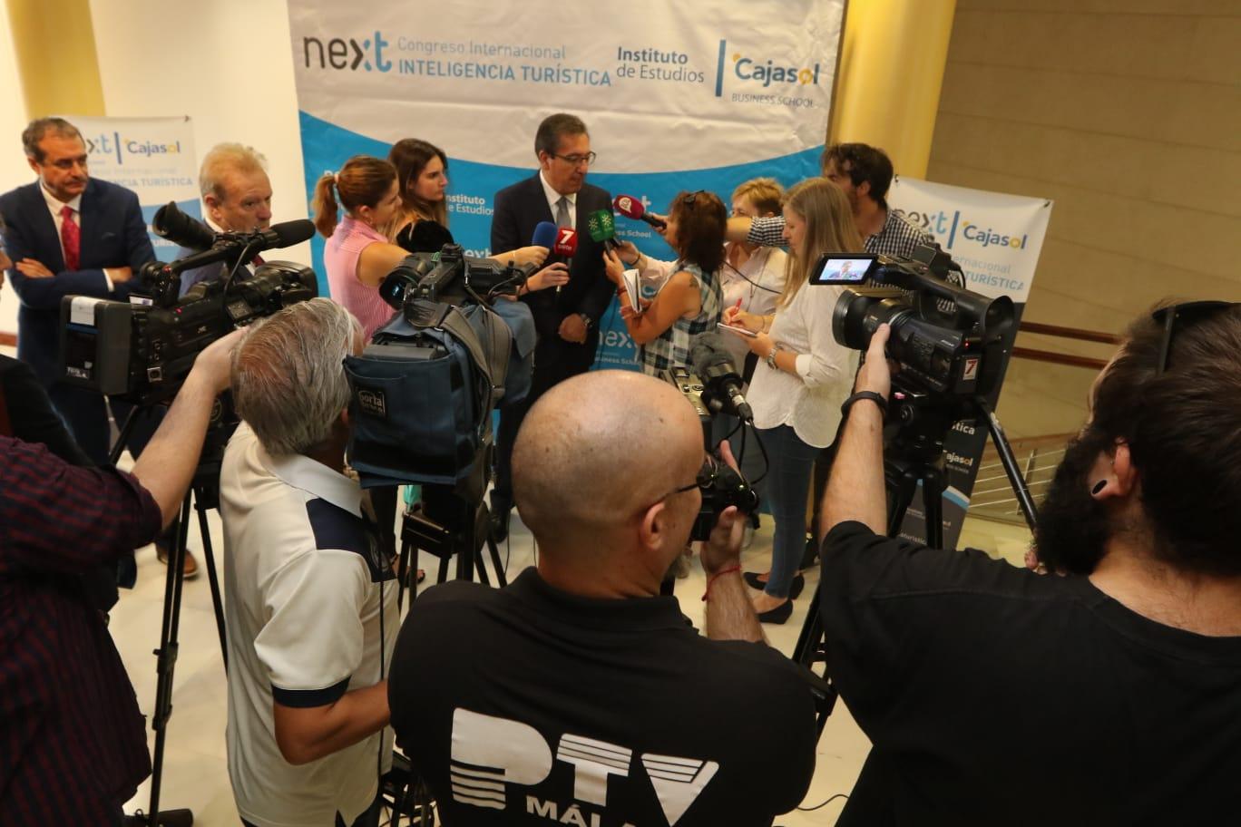 Antonio Pulido atiende a los medios