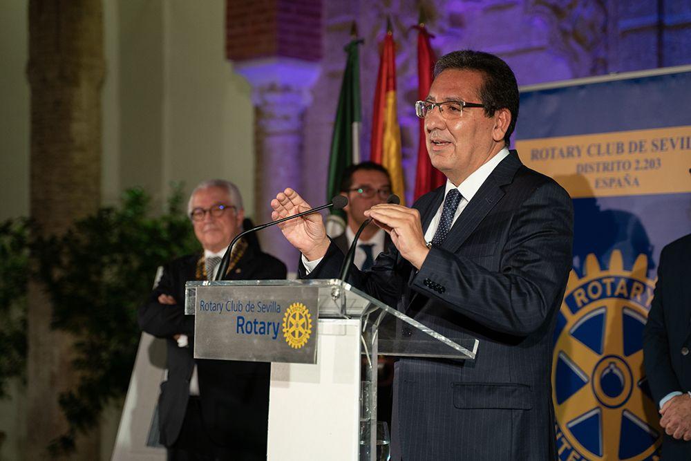 Cena del Rotary Club. Antonio Pulido recibe premio al Sevillano del año
