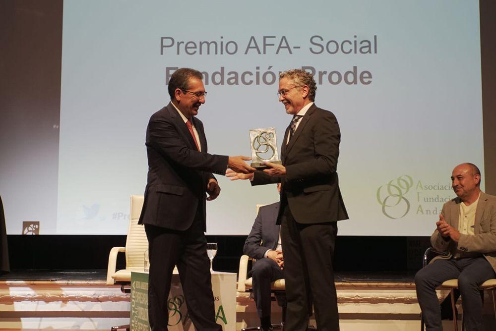 Antonio Pulido entrega premio a Fundación Prode