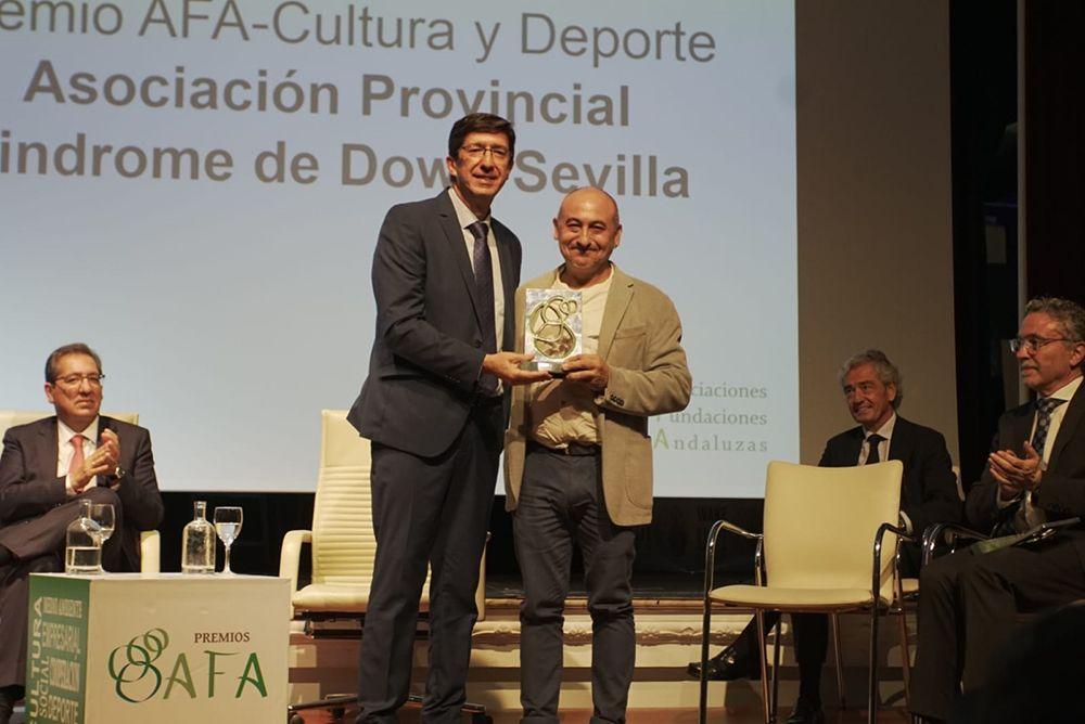 Asociación Provincial de Síndrome de Down de Sevilla recibe premio a manos de Juan Marín