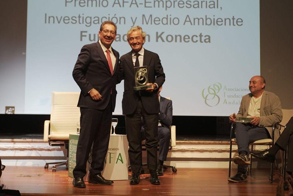 Fundación Konecta recibe premio a manos de Antonio Pulido