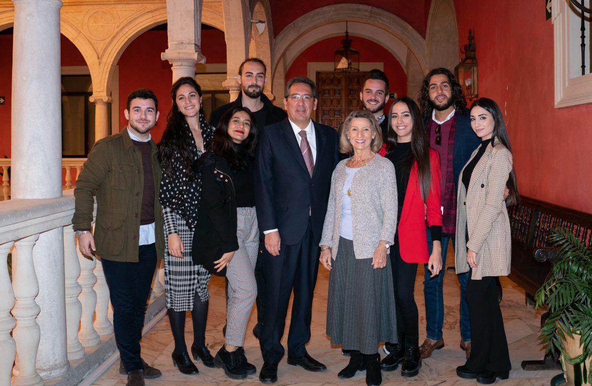 Antonio Pulido y Cristina Heeren con los ocho alumnos becados