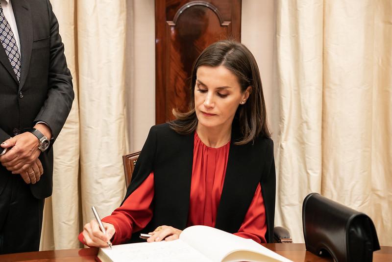 Doña Letizia firma en el Libro de Honor de la Fundación Cajasol