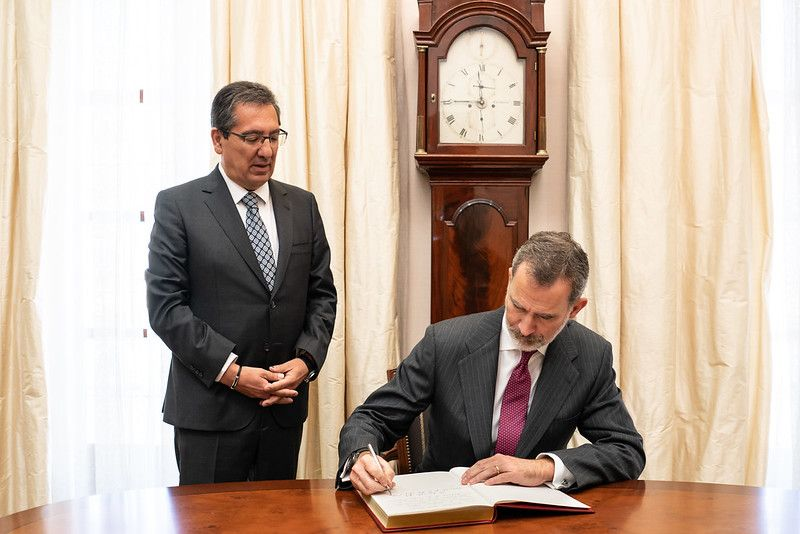 Don Felipe firma en el Libro de Honor de la Fundación Cajasol