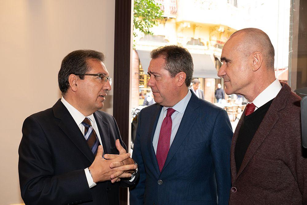 Antonio Pulido conversa con Juan Espadas
