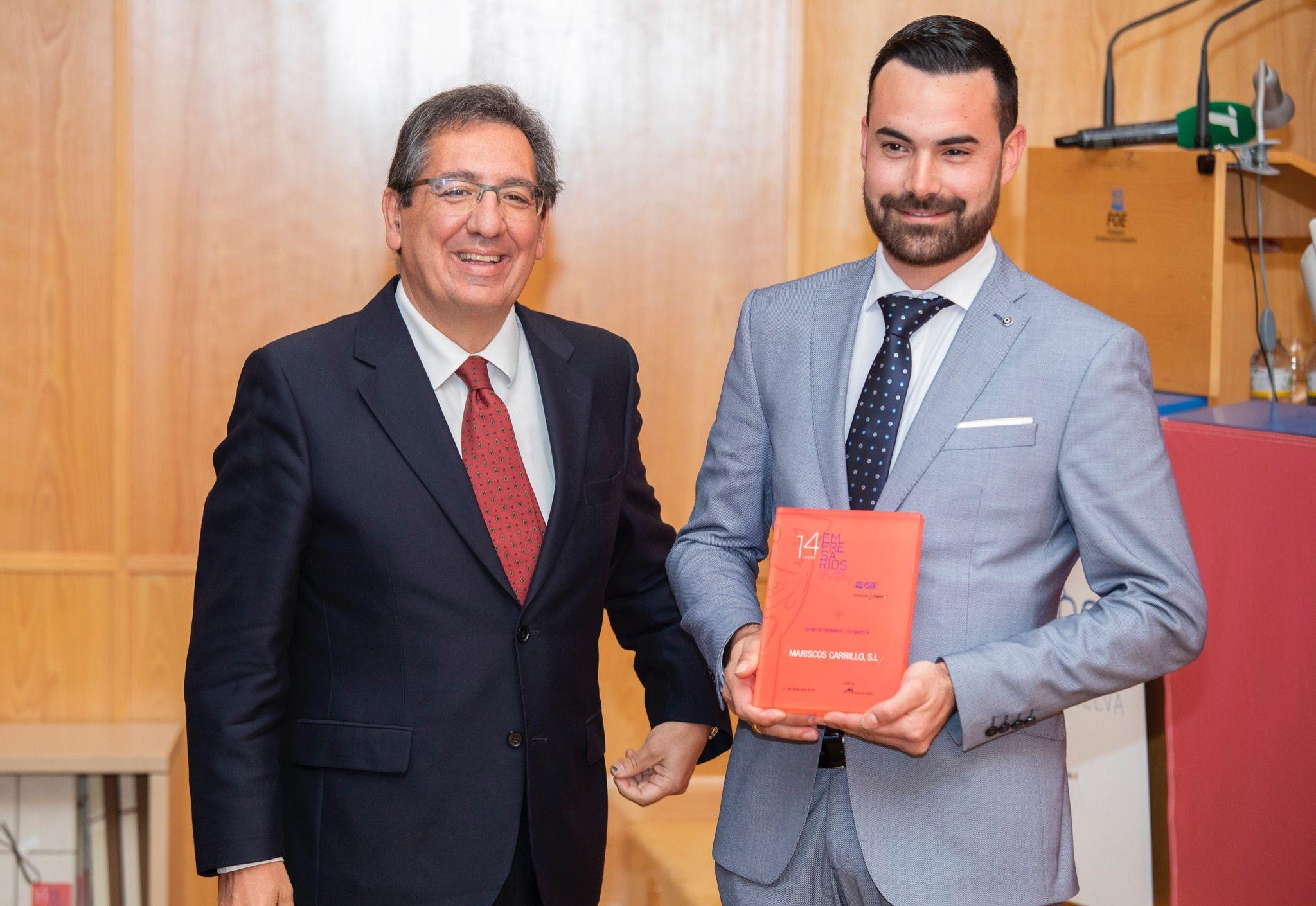 Antonio Pulido hace entrega del Premio