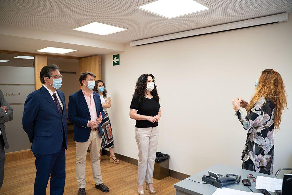 Antonio Pulido, Rocío Ruiz y Armando Rotea visitan a los voluntarios en la Fundación Cajasol